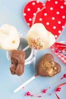 cake-poppar hjärtformade för alla hjärtans dag foto