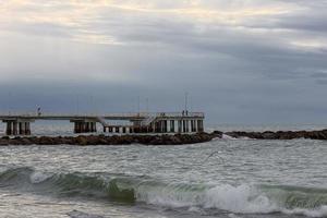 storm vid bryggan i versilia nära viareggio foto