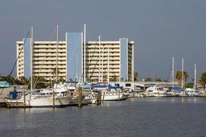 segelbåtar i hamnen foto