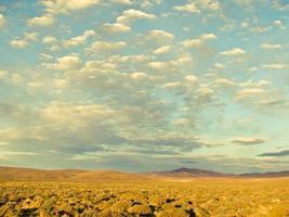 lantligt landskap med molnlandskap vid soluppgången i Argentina, Sydamerika foto