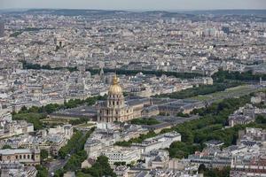 panorama av paris med flygutsikt på dome des invalides foto