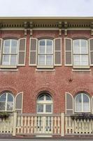 klassisk gammal tegelbyggnad med fönsterluckor foto