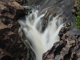 snabbt flödande flod foto