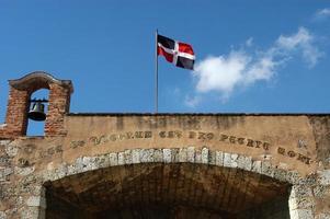 kolonialbyggnad och nationell flagga på santo domingo foto