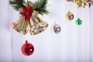 jul bakgrund, klocka dekorera på vit gardin foto