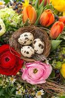 närbild av den färgglada påskbuketten med ägg