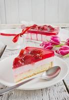 servering av jordgubbstårta foto