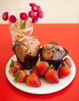 chokladmuffins med jordgubbar foto