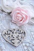 romantisk metallblommahjärta dekorerad på chiffontyg foto