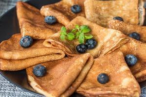 pannkakor med färskt blåbär och honung foto