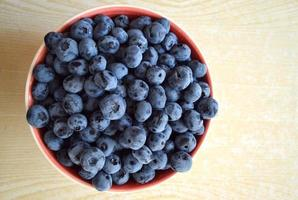 friska och läckra blåbär i en skål foto