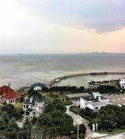 suzhou fritidshus, sjö, ö, hamn, pråm, semesterort. foto