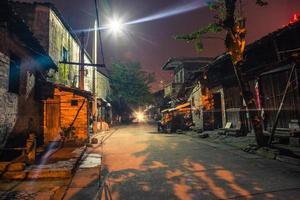 gammal gränd på natten foto