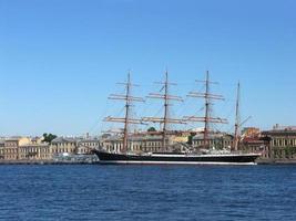 segelfartyg på neva-floden i heliga Petersburg, Ryssland foto