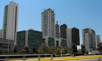 höga byggnader längs avenyn foto
