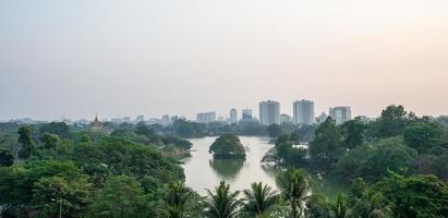 kan daw gyi lake i yangon myanmar foto