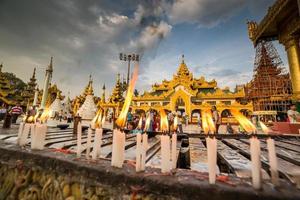 yangon, myanmar, 2015-04-26, atmosfär av skymning vid shwedagon p foto