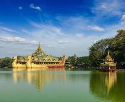karaweik pråm vid kandawgyi sjön, yangon, myanmar foto