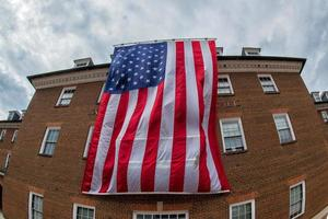 jätte- amerikanska flaggan i alexandria stadshus foto