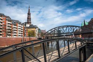 bro och kyrka i St. catherine i hamburg, tyskland foto