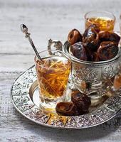 traditionellt arabiskt te och torra dadlar foto