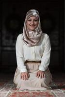 porträtt av ung muslimsk kvinna foto