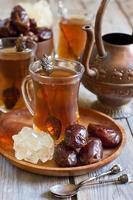 arabiskt te och dadlar foto