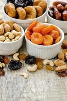 blandning av torkad frukt och nötter foto