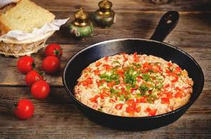 traditionella turkiska omelettmän med tomater foto