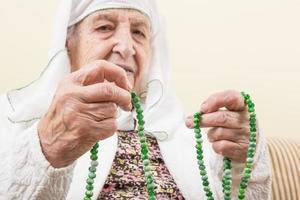 äldre kvinna som ber foto