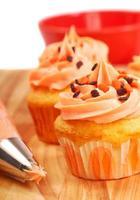 halloween cupcakes som är frostade foto