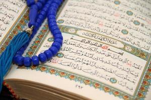 läser den heliga Koranen foto