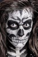 kvinnor målade som skelett
