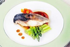 vit fisk med sparris foto