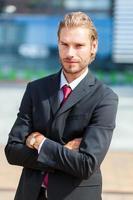 stilig blond manlig chef utomhus foto
