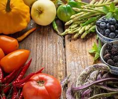 färgglada färska grönsaker i alla färger på träbakgrunden