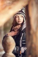 attraktiv ung kvinna på vintern utomhus foto