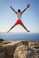 pojke med öppna armar hoppar av glädje firar frihet foto
