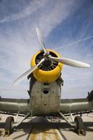näsan på ett gammalt flygplan från andra världskriget