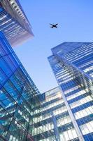 jetflygplan silhuett med bakgrund för affärsbyggnadstorn foto