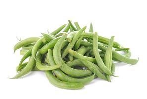 gröna bönor på vit bakgrund foto