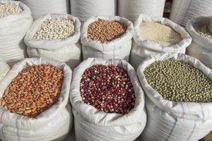 säckar med baljväxter bönor marknaden - sacos con legumbres frijoles