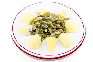 färska gröna bönor sallad med kokta potatis foto