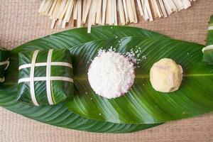 ris och gröna bönor till matlagning banh chung foto