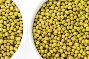 vita skålar med mungbönor. närbild. foto
