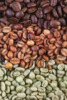 gröna och bruna kaffebönor foto