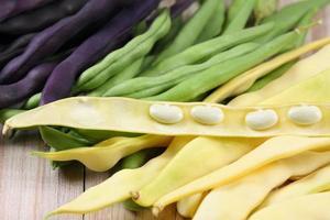 rå gula, gröna och violetta bönor foto