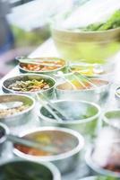 salladskålar med blandade färska grönsaker foto