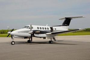 två-turboprop flygplan foto