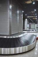 bagage transportband på flygplatsen foto